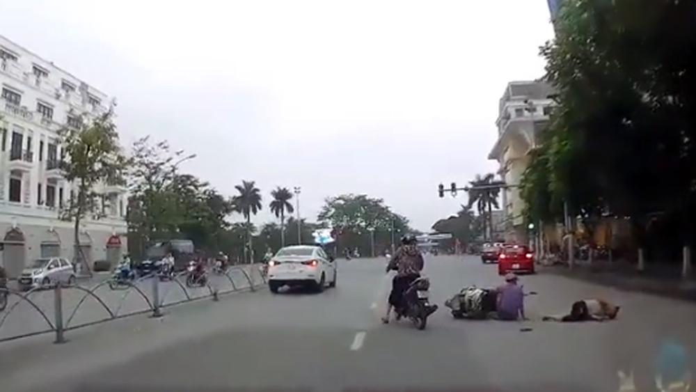 Nữ tài xế đi ô tô như đi xe máy gây tai nạn trên phố